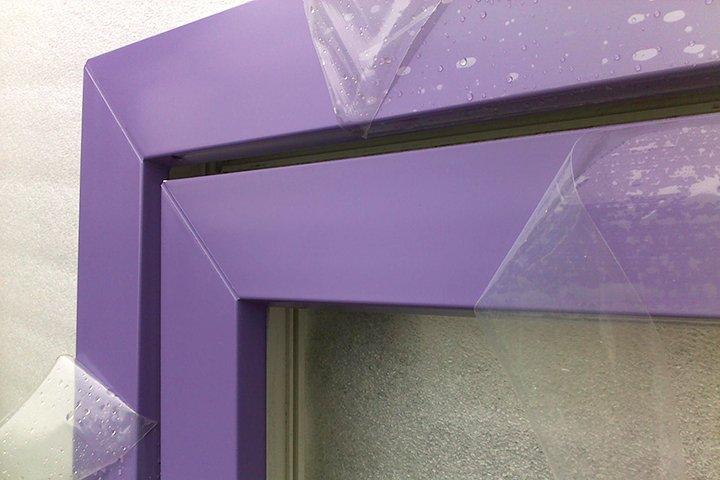Окрашенная рама пластикового окна