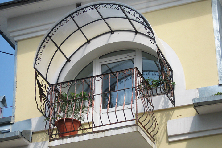 Стильный козырек над окном из поликарбоната