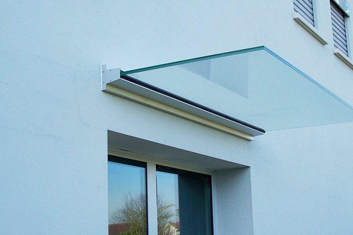 Козырек над окном из стекла-триплекс