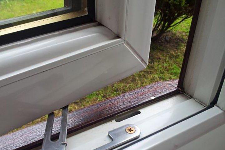 просело пластиковое окно