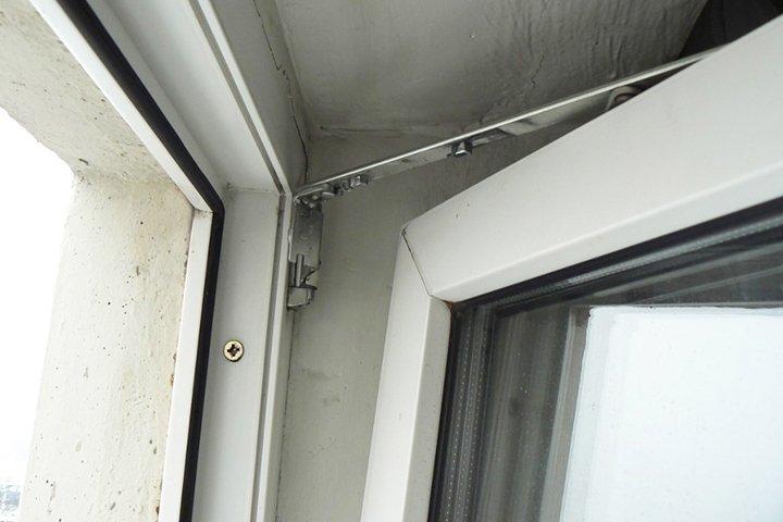 Открытая створка окна в двух положениях