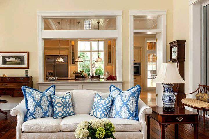 Межкомнатное окно из деревянного профиля в гостиной